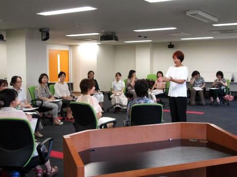 20名の女性教職員教職員が参加中の講演